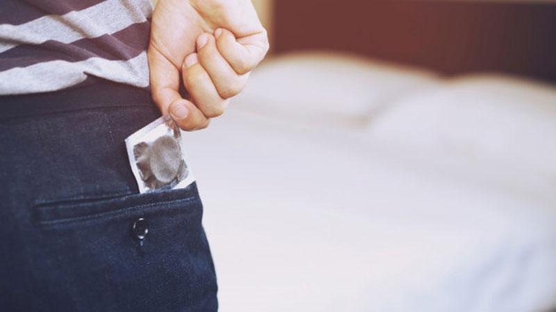 استفاده از کاندوم برای جلوگیری از ورود ویروس به بدن